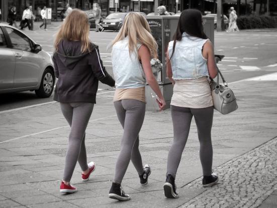 drei Frauen in Leggings von hinten