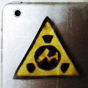 Tablet mit Gefahrenzeichen